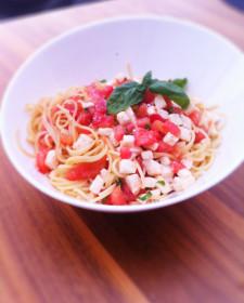 Pasta met tomaat & mozzarelladressing