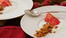 Crumble van verse kaas met aardbeien en olijvenparfum