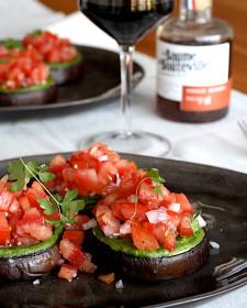 Auberginesteaks met pesto en tomatensalsa