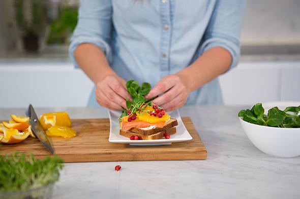 Tartine met Boursin, zalm en fruit