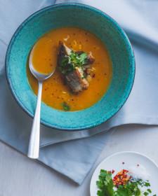 Gele tomatensoep met zeebaars