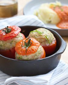 Tomaat farci van kippengehakt met geraspte courgettes
