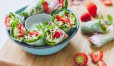 Spring rolls met courgetti en aardbeien