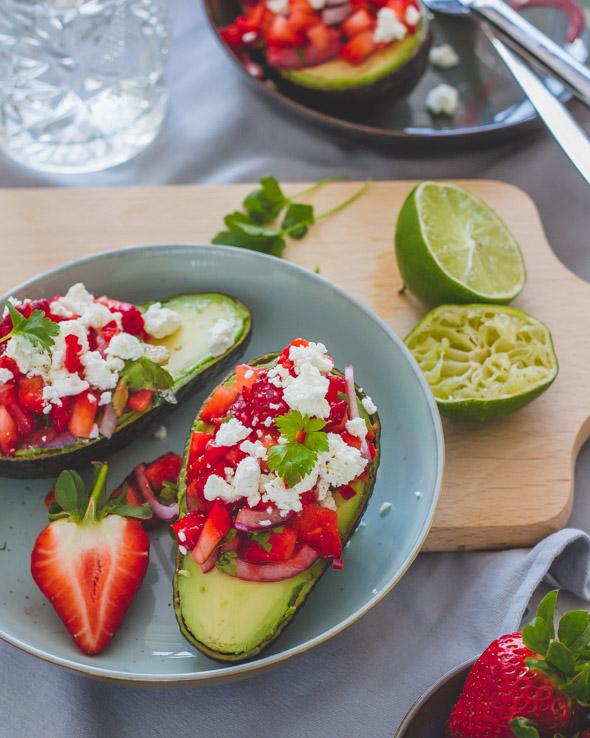 Gevulde avocado met aardbeiensalsa en feta