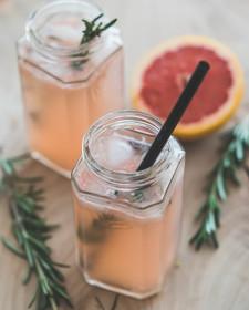 Mocktail met pompelmoes en rozemarijn